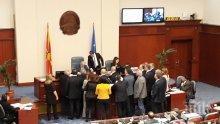 Бившият македонски премиер Никола Груевски заля с вода и изключи микрофона на Талат Джафери (ВИДЕО)