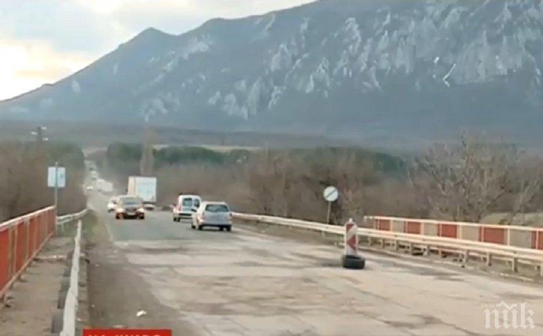 АБСУРД! 3-месечен ремонт на мост спира достъпа до гробище