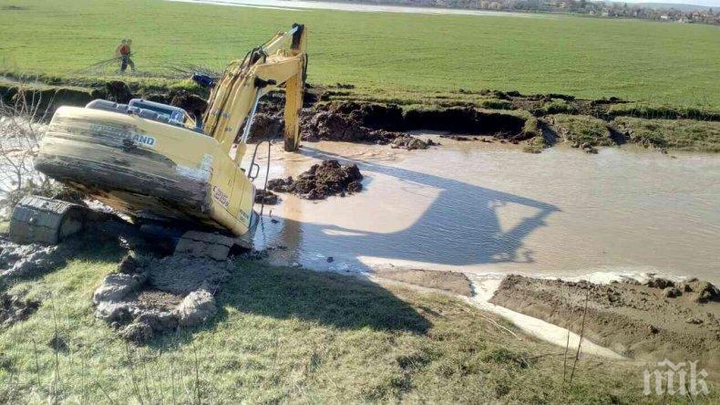 Спешно ремонтират компрометирания участък на дигата до моста при село Иново