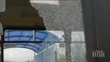ОТ ПОСЛЕДНИТЕ МИНУТИ! Потрошиха автобус с камъни, издирват вандалите (СНИМКИ)