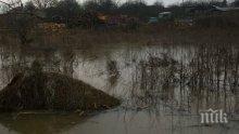 ИЗВЪНРЕДНО! Река Средецка заля къщи и дворове, селото пред евакуация (СНИМКИ)