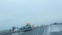 """ОТ ПОСЛЕДНИТЕ МИНУТИ! Катастрофа на магистрала """"Тракия"""" край Пловдив, кола се наниза в мантинелата (СНИМКИ)"""