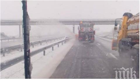 """ПЪЛНА ИДИОТИЯ! Снегорин на магистрала """"Тракия"""" хвърля снега върху колите в насрещното (ВИДЕО/СНИМКИ)"""