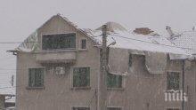 След бедствието във Враца: Посрещнаха снега с найлони вместо покриви (СНИМКИ)