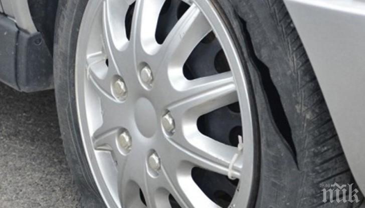 Какво става в Пловдив? Разбиха 4 коли за нощ, нарязаха гумите на други 5