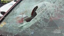 Жестока катастрофа в Пловдив! Кола се обърна по таван! Жена и дете откарани в болница (СНИМКИ)