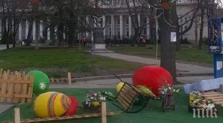 Вандали унищожиха великденска украса в Благоевград (СНИМКА)