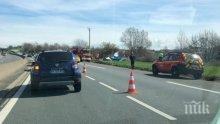Ужас в небето! Малък самолет се разби на магистрала във Франция, двама загинаха