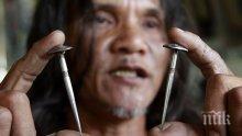 На Великден във Филипините поклонници се разпъват на кръст с пирони
