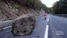 Скално срутване затруднява движението по пътя за Рилския манастир над село Пастра