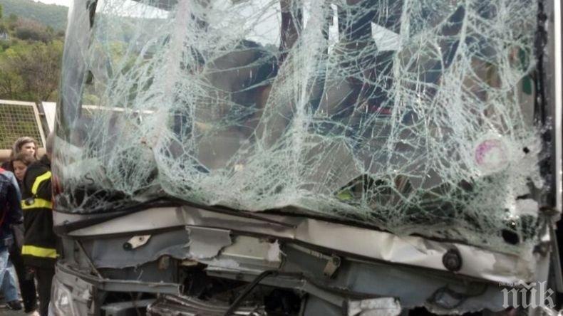 ЛАМАРИНИ! Кола е на таван в средата на шосето за Пловдив (СНИМКИ)
