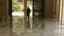 СЛЕД УДАРИТЕ! Спокойният Асад отиде на работа с куфарче в ръка (ВИДЕО И СНИМКИ)