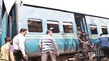 Четирима загинали и десетки ранени, след като влак излезе от релсите в Бангладеш