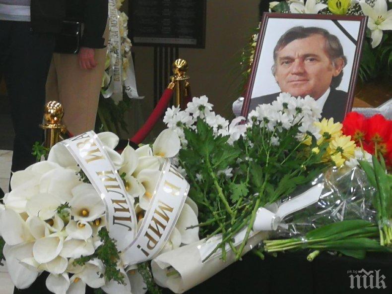 ЕКСКЛУЗИВНО В ПИК TV! Тончо Русев поема по последния си път - композиторът ще бъде кремиран според волята му (СНИМКИ/ОБНОВЕНА)