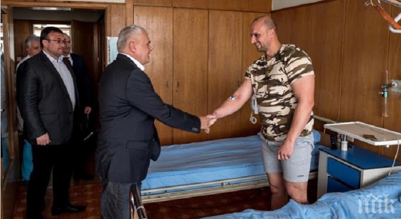 Валентин Радев посети полицая, ранен при спецоперацията в Петревене