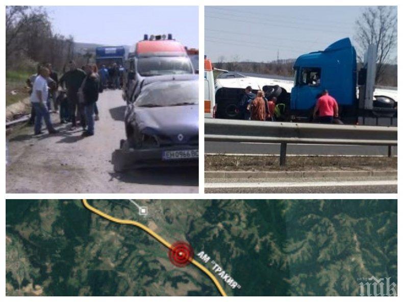 """ПЪРВО В ПИК TV! Жена в """"Рено"""" е причинила смъртоносното меле край Вакарел! Всички хора вече са извадени от автобуса - гледайте НА ЖИВО!"""