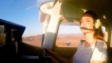 ХОБИ! Анджелина Джоли пилотира самолет над пустинята на Намибия