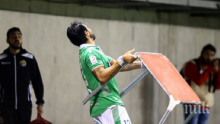 НЕРВИ! Уругвайски футболист замери фенове... с маса (СНИМКА)