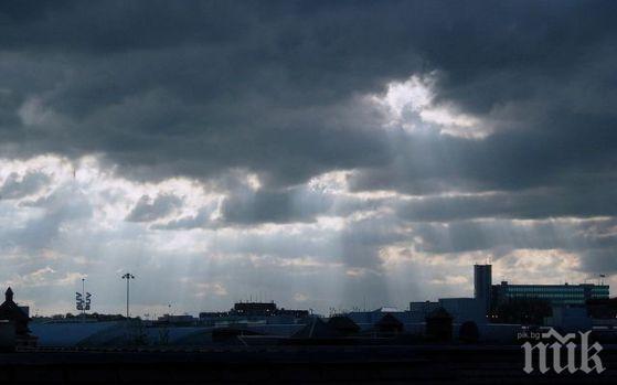 ПЪРВО В ПИК! Страховита буря трещи над София - светкавици и дъжд напук на синоптиците