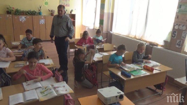 Училище дари пари и още куп подаръци... на друго училище