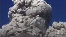ЦЕЛУНАТИ ОТ ГОСПОД! Вулкан изненада планинари, докато закусват (ВИДЕО)
