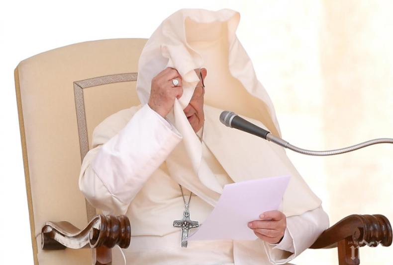 Вятърът погоди забавен номер на папата (СНИМКИ)