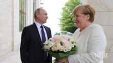 КАВАЛЕР! Путин посрещна Меркел в Сочи с рози