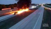Горящ камион влачи кола по магистрала в САЩ