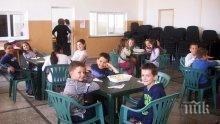 Сандвичи пратиха в болница над 120 деца в Румъния