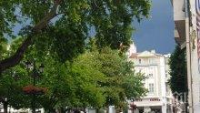 Силна буря удари Пловдив, улиците се превърнаха в реки (ОБНОВЕНА/СНИМКИ/ВИДЕО)