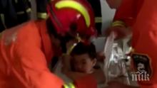 Китайче заседна в пералнята, 8 пожарникари го вадиха близо час