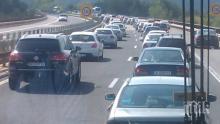 """Близо 5 км остава задръстването по """"Тракия"""" заради обърналия се тир"""