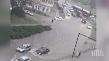 ОТ ПОСЛЕДНИТЕ МИНУТИ! Жесток порой във Варна! Улиците се превърнаха в река (ВИДЕО)