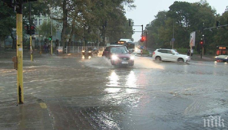 Потопът във Варна наводни училище