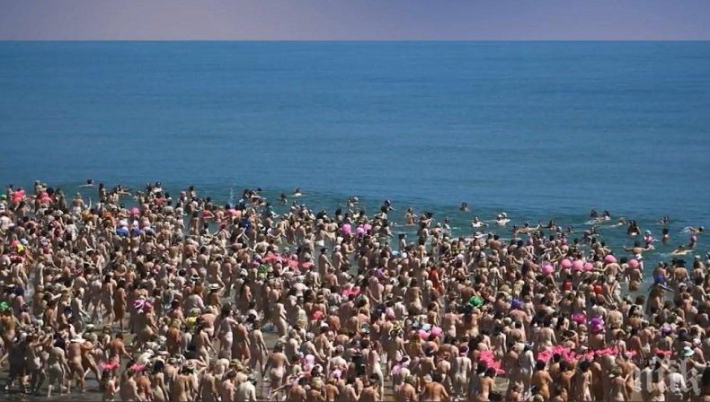 РЕКОРД! Вижте как 2500 жени се къпят голи в морето (ВИДЕО 18+)