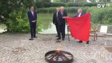 ФРАПИРАЩО! Чешкият президент изгори чифт долни гащи пред журналисти (ВИДЕО)