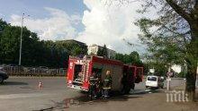 ОТ ПОСЛЕДНИТЕ МИНУТИ! Кола пламна до колонките на бензиностанция в София (СНИМКИ)