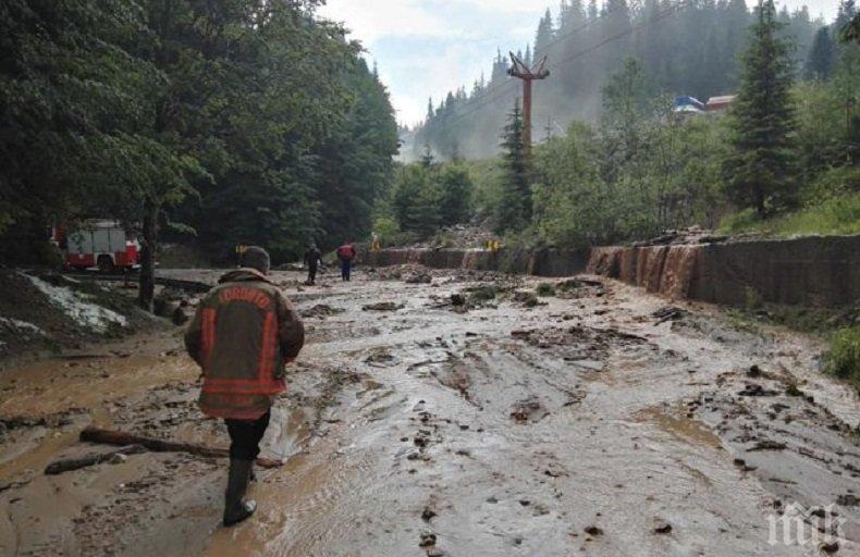 ОТ ПОСЛЕДНИТЕ МИНУТИ! Страшен дъжд в Смолянско, затвориха пътя Пампорово-Стойките