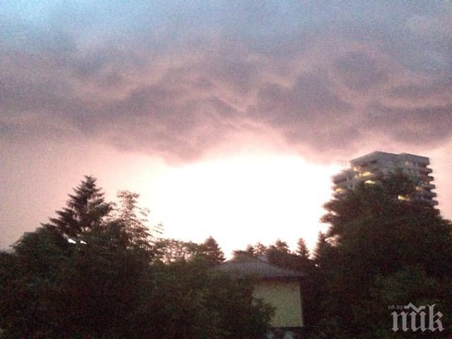 ИЗВЪНРЕДНО В ПИК! Небето над София причерня - бурята се разгаря, заваля проливен дъжд