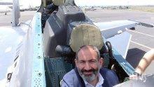 Премиерът на Армения се снима в пилотската кабина на изтребител Су-30СМ