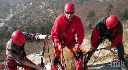 планински спасители оказват помощ жена счупен крак района хижа хубавец стара планина