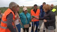 По неволя! Хора от две оряховски села сами си ремонтират пътя