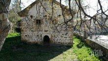 СРАМ! 160-годишна черква в Драговищица се руши, от 5 години молитвите се четат пред храма