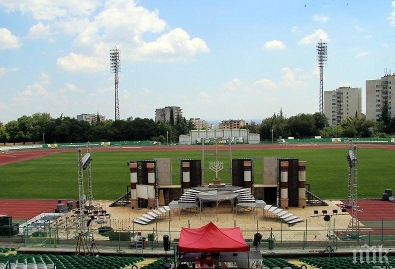 Построиха сцена за 350 артисти на стадиона в Стара Загора