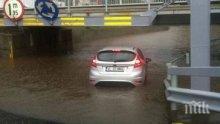 ПОТОП В РУМЪНИЯ! Къщи и улици под вода (СНИМКИ)
