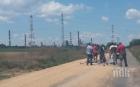 САМО В ПИК! Камион изсипа тонове зърно и затвори пътя до бургаската рафинерия