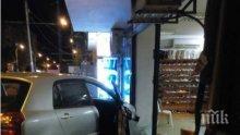 Зрелищна катастрофа пред ТОХ-а в Бургас, Тойота влетя в магазин (СНИМКИ)