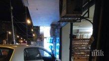 ИЗВЪНРЕДНО! Зрелищна катастрофа пред бургаско училище, автомобил влетя в магазин