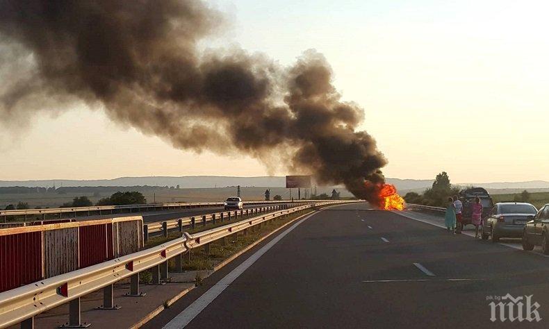 """ИЗВЪНРЕДНО! Огнен ад на """"Хемус"""" - кола изгоря на магистралата (СНИМКИ)"""