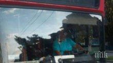 Скандал във варненски автобус! Свалиха чужденец с патерици, отказал да плати втори път билетче